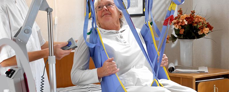 Sollevatori per anziani e disabili: quale scegliere tra quelli elettrici e quelli idraulici?
